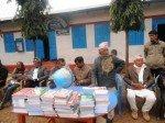 Distribution de livres à Tadi